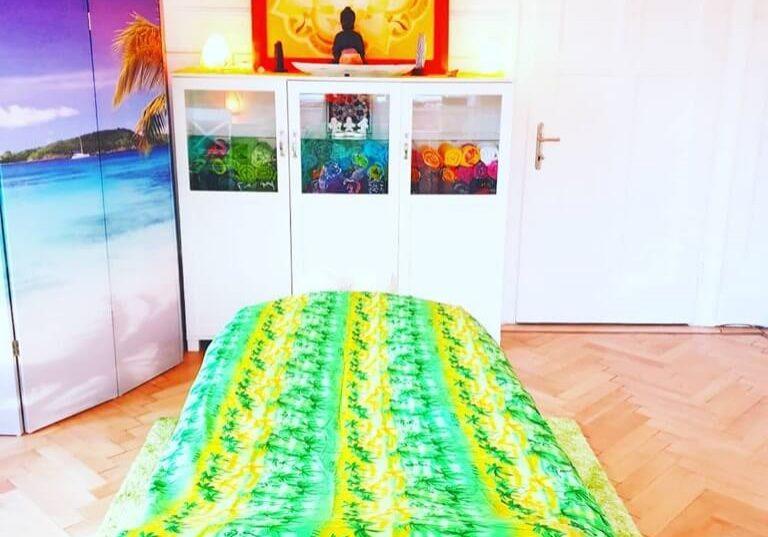 Venusblume-Lichtzentrum-Melinda-Hebenstreit-Nenzing-Lomi-Lomi-Massage-Behandlungsraum-Buddha-Massageliege-Karibikumkleide